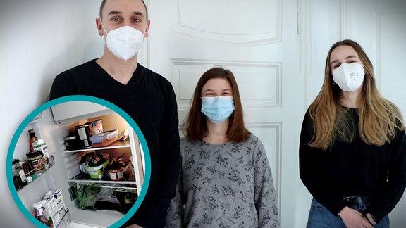 Drei Studierende – ein junger Mann, zwei junge Frauen, stehen vor einer weißen Altbautür. Auf dem Bild in einem Ausschnitt ein Blick in den WG-Kühlschrank.