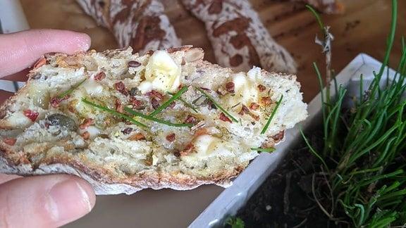 Eine Scheibe belegtes Brot
