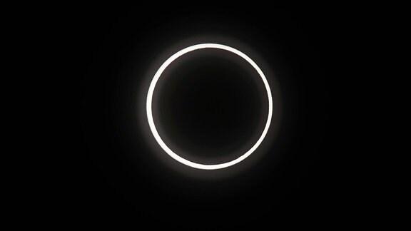 Die ringförmige Sonnenfinsternis ist auf der Station Nerima in Tokio zu sehen.