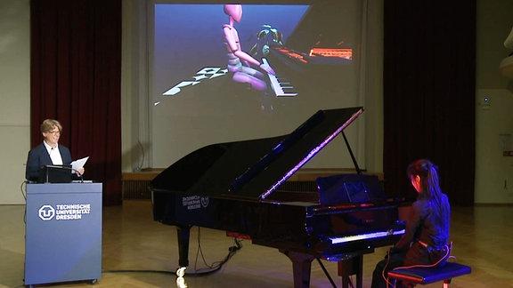 Ein Avatar spielt zusammen mit einer Pianistin