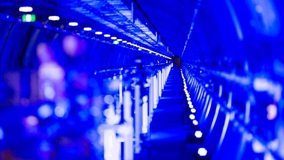 Blau illuminierter Photonentunnel des European XFEL.