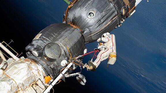 Russischer Raumfahrer bei Außeneinsatz an der ISS