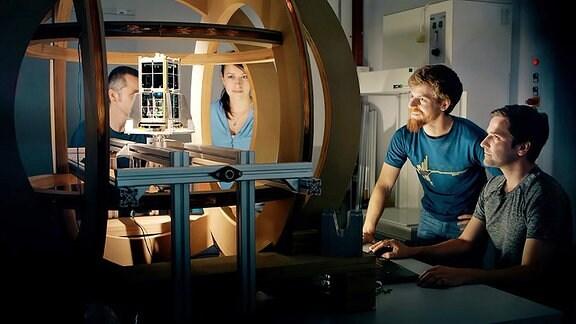 Studenten und Mitarbeiter des Instituts für Luft- und Raumfahrttechnik der TU Dresden beim Test ihres Nanosatelliten SOMP2b