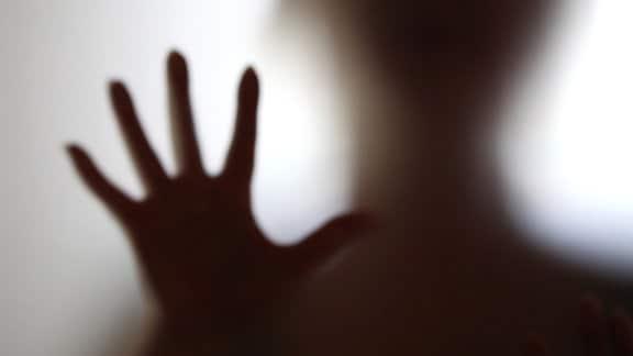 Schatten einer Frau mit abwehrender Geste