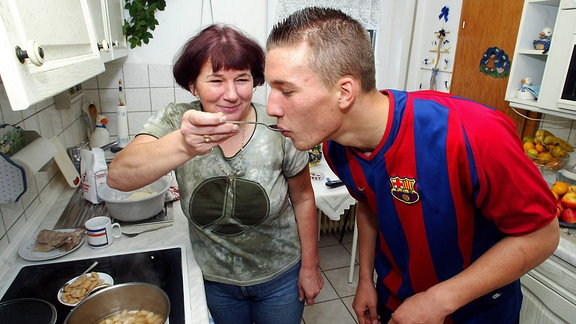 Lukas Podolski probiert 2003 seine Leibspeise