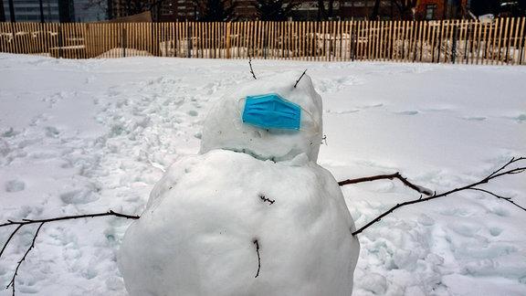 Schneemann trägt Mund-Nasen-Schutz