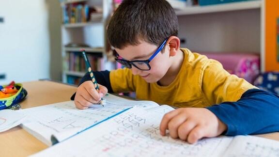Ein Junge schreibt