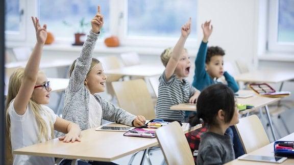 Grundschüler in einem Klassenraum