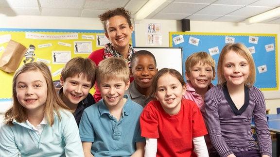 Klassenfoto mit Kindern und einer Lehrerin
