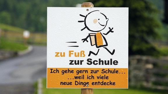Schild auf dem Schulweg