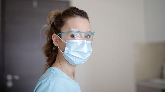Krankenschwester mit Gesichtsschutzmaske