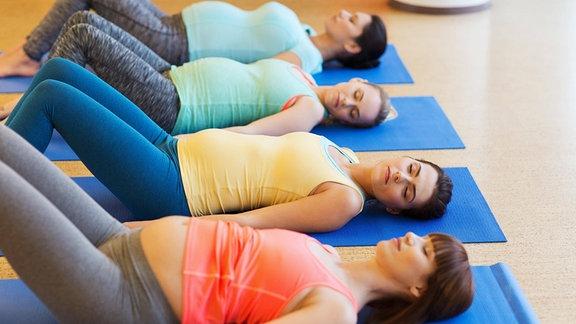 Schwangere Frauen entspannen sch auf dem Boden