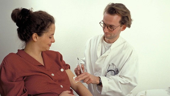 Patientin bekommt von Arzt eine Injektion