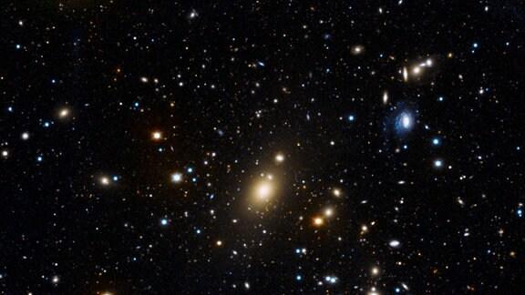 Eine Sternenkarte zeigt den Galaxiehaufen Abell 85.