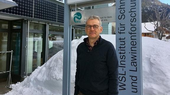 Jürg Schweizer steht vor seinem Forschungsinstitut in Davos