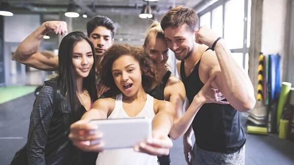 Eine Gruppe junger Leute posiert für ein Selfie.