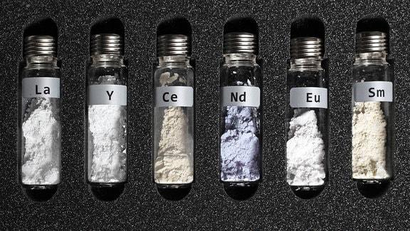 Verschiedene Pulver seltener Erden im Glasampullen