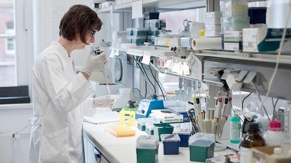 Eine Frau steht in einem Labor.