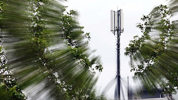 Mobilfunkantenne auf einem Hausdach