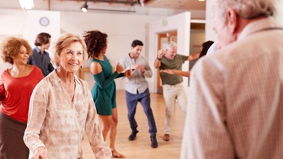 Senioren beim tanzen