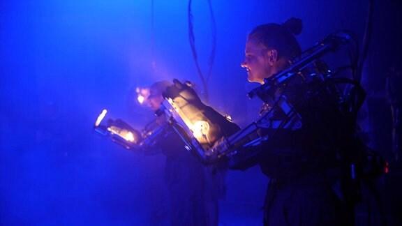 Frau in Roboteranzug