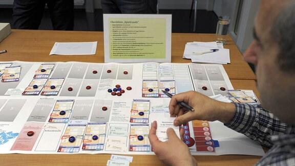 Ärzte simulieren mit einem Brettspiel, wie die Versorgung von Verletzten bei einem Terroranschlag organisiert wird.