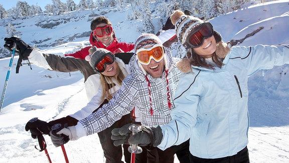 Vier Personen auf Ski.