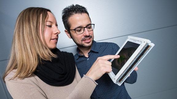 Der erste Touchscreen, der zurück vibriert. Die Ingenieure Sophie Nalbach und Steffen Hau von Stefan Seeleckes Team testen das Prototypensystem.