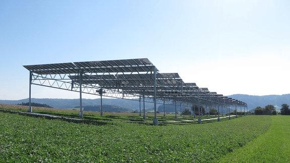 Eine Solaranlage über einem Feld.