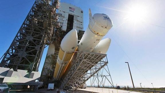 Die Delta IV Heavy Rakete mit Parker Solar Probe auf dem Weg zur Startrampe.