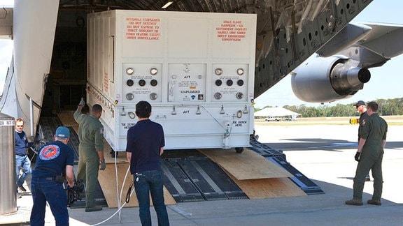Parker Solar Probe wird aus dem Flugzeug entladen.