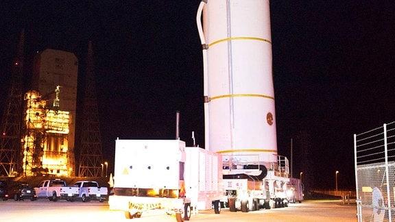 Parker Solar Probe wird an die Startrampe gefahren.