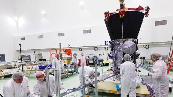 Arbeiten am Magnetometer von Parker Solar Probe.