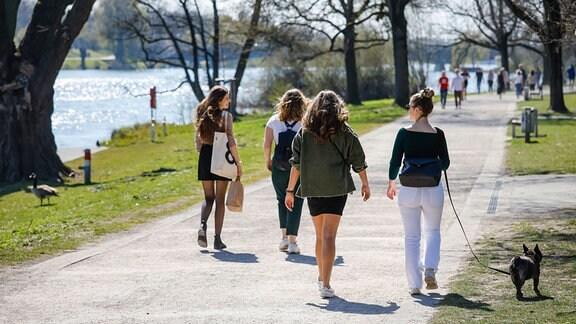 junge Leute spazieren am Aasee unter Einhaltung des Kontaktverbotes