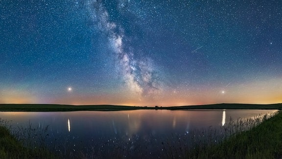 Der Sternenhimmel über einem See