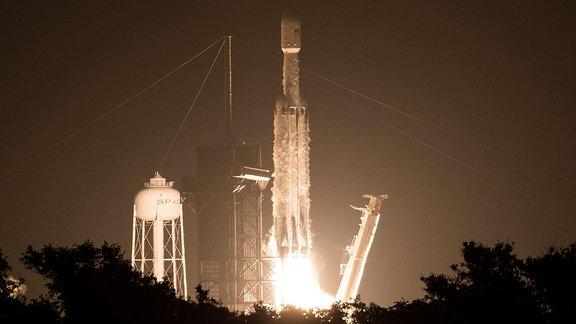 Start einer SpaceX Falcon Heavy-rakete mit LightSail 2-Satelliten vom Kennedy Space Center.