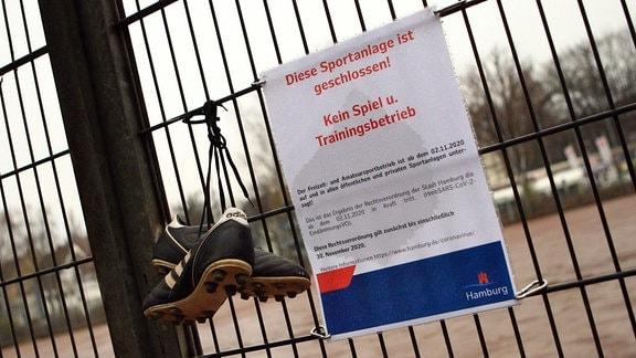 Schild mit dem Hinweis, dass auf der Sportanlage wegen des Lockdowns kein Trainings- und Spielbetrieb erlaubt ist