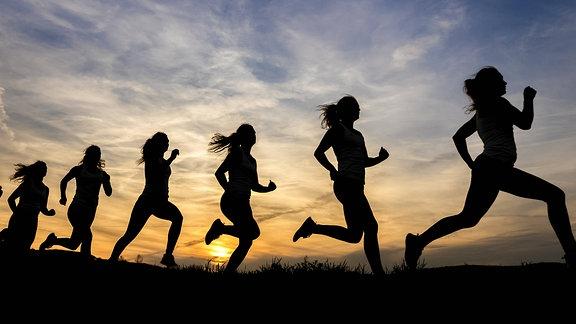 Joggerinnen im Sonnenuntergang