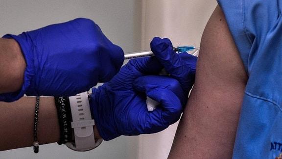 Eine Spritze in den Oberarm