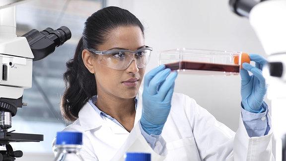 Ein Frau in einem Labor