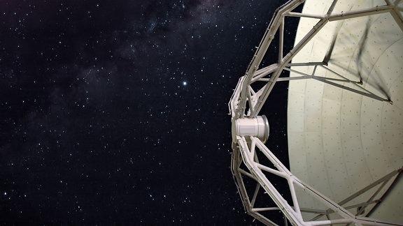 Eine Satellitenantenne, dahinter der Sternenhimmel