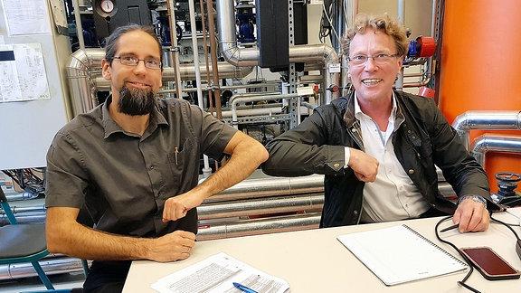 Das IRES hat es geschafft: Endlich flüssiger Strom - Johannes Gulden, Leiter des Instituts für Regenerative EnergieSysteme, und Christian Schweitzer, Geschäftsführer der bse Engineering Leipzig GmbH, ist die Produktion von Methanol aus Wasserstoff und Kohlendioxid gelungen