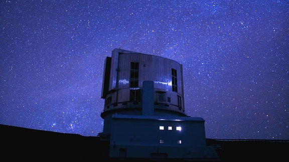 Subaru Teleskop unter Sternenhimmel