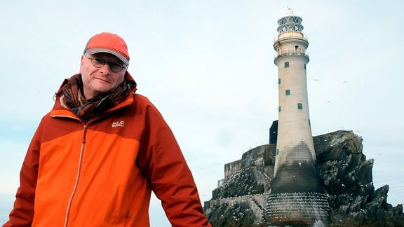 ARD-Wetterxperte Sven Plöger vor dem Leuchtturm Fastnet Rock.