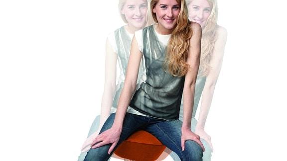Futuristischer Hocker, der sich in alle Richtungen bewegen lässt, dargestellt mit verschiedenen Posen einer Frau