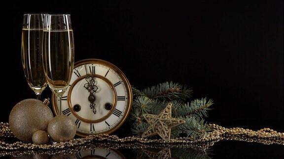 Sektgläser, Uhr und Weihnachtsbaumschmuck