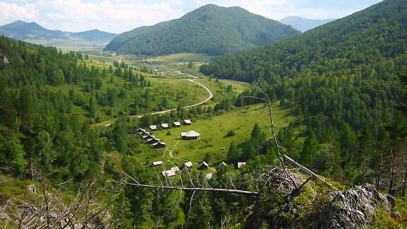 Sicht ins Tal von oberhalb der Denisova-Höhle in Sibirien, Russland
