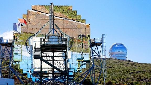 Augf einem Berg steht ein Teleskop mit runder Kuppel