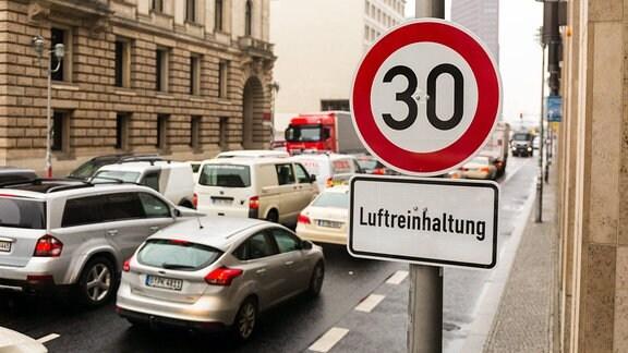 Straßenschild auf der Leipziger Strasse in Berlin. Seit dem 09.04.2018 wurde Aufgrund der Luftqualität auf einem Teil der Leipziger Strasse in Tempo 30 eingeführt.