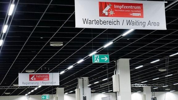Wartebereich/Registrierungsbereich zu Beginn der Impfstrasse im neuen Corona Impfzentrum in den Messehallen in Köln.